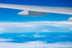 De vleugel van het vliegtuig boven wolk Stock Foto