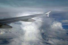 De vleugel van het vliegtuig met cumulonimbus Stock Afbeeldingen