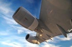De Vleugel van het vliegtuig met turbines Stock Fotografie
