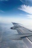 De vleugel van het vliegtuig met wolk Stock Afbeeldingen