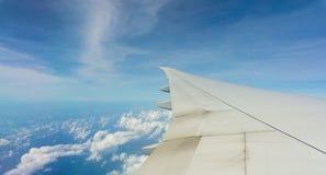 De Vleugel van het vliegtuig op Blauwe Hemel Stock Afbeelding