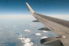 De vleugel van het vliegtuig op blauwe hemel, Royalty-vrije Stock Afbeelding