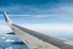 De vleugel van het vliegtuig op blauwe hemel, Royalty-vrije Stock Foto's