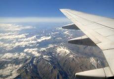 De vleugel van het vliegtuig over bergen royalty-vrije stock foto