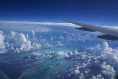 De Vleugel van het vliegtuig over wolken Stock Foto