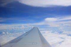 De Vleugel van het vliegtuig tijdens de vlucht stock afbeelding