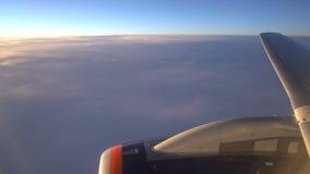 De vleugel van de vliegtuigen en een deel van de motor zijn zichtbaar in het vliegtuigvenster stock footage