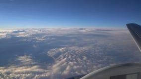 De vleugel van de vliegtuigen en een deel van de motor zijn zichtbaar in het vliegtuigvenster stock video