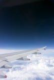 De vleugel van vliegtuigen op de hemel Royalty-vrije Stock Fotografie