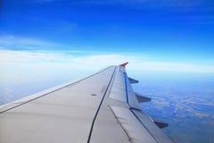 De vleugel van vliegtuigen, wolk en duidelijke hemel royalty-vrije stock foto