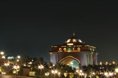 De vleugelpoort van het oosten van het Paleis van Emiraten. Nacht Royalty-vrije Stock Foto