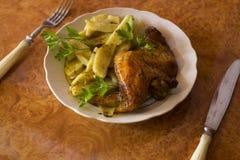 De vleugels en de aardappels van de kip Stock Afbeeldingen