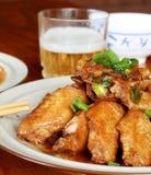 De vleugels en het bier van de kip stock afbeelding