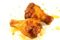 De vleugels van de kip met saus Stock Foto's