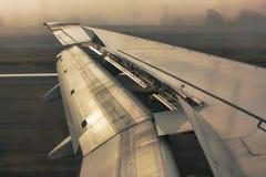 De vleugels van het vliegtuig bij het landen Stock Foto's