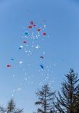De vlieg van ballons in de hemel Stock Afbeelding