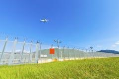 De vlieg van het vliegtuig over gras in Hongkong Stock Afbeeldingen