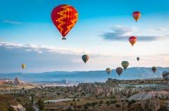 De vlieg van hete luchtballons over Cappadocia Stock Afbeelding