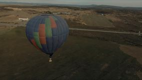 De vliegen van de ballonaerostaat over het gebied stock video