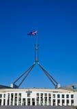 De vliegen van de vlag op reuzevlaggestok over Australische Parli Stock Fotografie