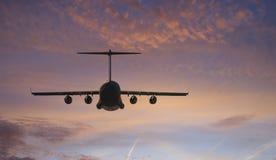 De Vliegen van het vliegtuig naar Zonsondergang Royalty-vrije Stock Foto's