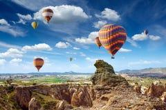 De vliegen van hete luchtballons in Cappadocia, Turkije Stock Foto's