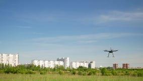 De vliegen van de Hexacopterhommel in de hemel stock footage