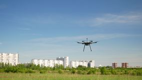 De vliegen van de Hexacopterhommel in de hemel stock videobeelden