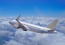 De vliegen van passagiersvliegtuigen over wolken, het gehele silhouet royalty-vrije stock afbeelding