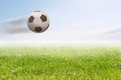 De vliegende bal van het Voetbal Stock Afbeeldingen