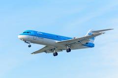 De vliegende Fokker van Vliegtuigklm cityhopper ph-KZI F70 landt bij Schiphol luchthaven Royalty-vrije Stock Afbeelding
