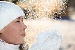 De vliegende gfrom sneeuw van vrouwenvuisthandschoenen glinstert in zon Stock Foto's
