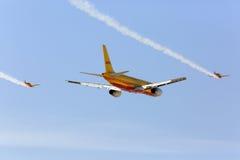 De vliegende vertoning en aerobatic toont van DHL vliegtuigen in Bahrein Stock Afbeelding