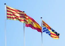 De vliegende vlaggen van Catalonië, van Spanje en Badalona Stock Foto's