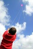 De vliegende vlieger van het kind. Stock Afbeeldingen