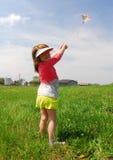 De vliegende vlieger van het meisje Stock Foto