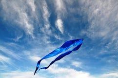 De vlieger hangt hoog in de donkerblauwe hemel Royalty-vrije Stock Afbeelding