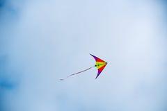 De vlieger stijgt in de hemel royalty-vrije stock afbeeldingen