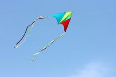 De vlieger van de kleur in de hemel stock afbeelding