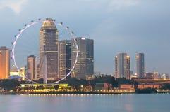 De Vlieger van Singapore bij Schemer Royalty-vrije Stock Afbeelding