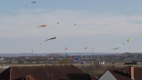 De vliegers stijgen over de daken van huizen stock videobeelden