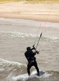 De vliegersurfer komt op het strand Royalty-vrije Stock Afbeeldingen