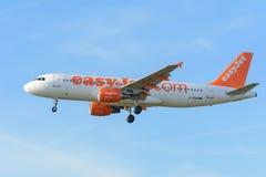 De vliegtuig easyJet g-EZWB Luchtbus A320-200 landt bij Schiphol luchthaven Stock Fotografie
