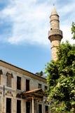 De Vliegtuigboom van Hippocrates en de moskee van Gazzi Hassan in Kos Stock Foto's