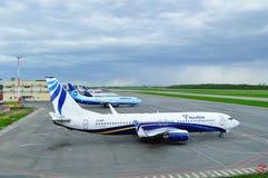 De vliegtuigen bevinden zich bij het parkeren in de Internationale luchthaven van Pulkovo in heilige-Petersburg, Rusland Stock Afbeeldingen