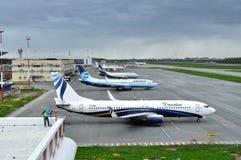 De vliegtuigen bevinden zich bij het parkeren in de Internationale luchthaven van Pulkovo in heilige-Petersburg, Rusland Stock Foto's