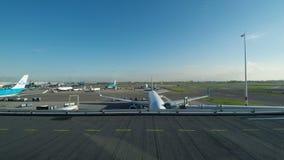 De Vliegtuigen die van Amsterdam, Nederland op baan in Schiphol taxi?en stock video