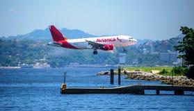De vliegtuigen die van Aviancaluchtvaartlijnen over de Baai en het landen van Guanabara vliegen stock afbeelding