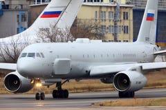 De vliegtuigen die van de Tupolev Turkije-204R verkenning in Zhukovsky taxi?en stock afbeeldingen