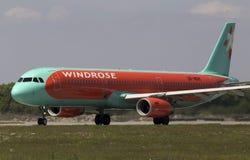 De vliegtuigen die van de WindRoseluchtbus A321-231 voor start van de baan voorbereidingen treffen Royalty-vrije Stock Foto